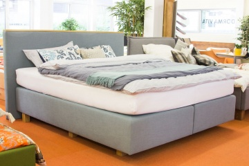 Boxspring mit Holzapplikation